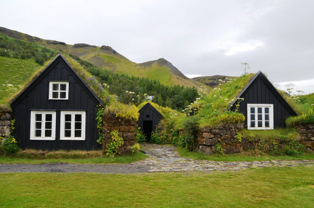 Quinta islandesa com telhado de turfa
