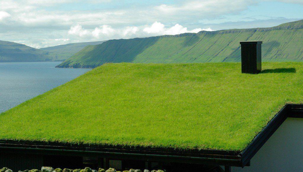 casa moderna com cobertura verde nas ilhas Faroe