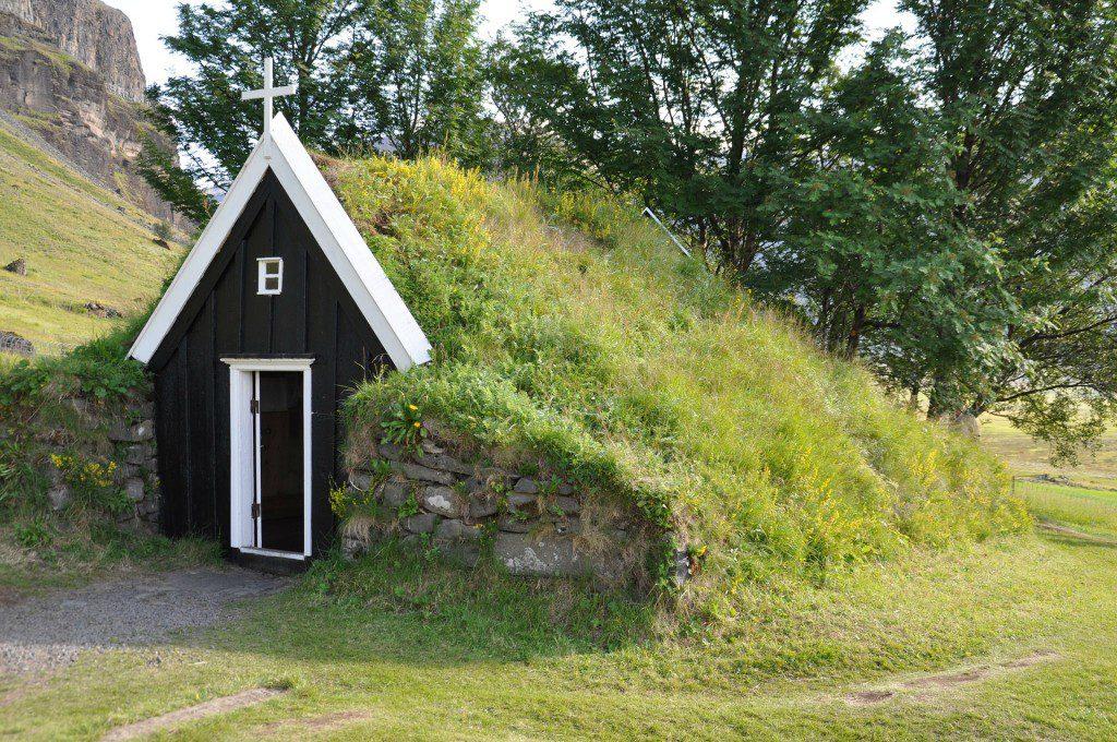 """torfhaus - """"casa de turfa"""", uma capelinha na Islândia, isolada do frio."""